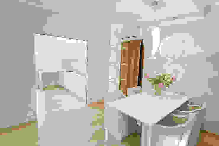 La zona salotto ospita la zona pranzo, dopo Sala da pranzo moderna di STUDIO PAOLA FAVRETTO SAGL Moderno Legno Effetto legno