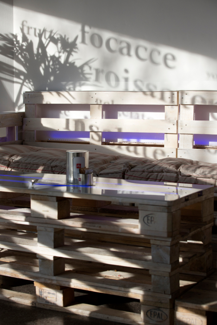 Detail with pallets Gastronomie originale par BRENSO Architecture & Design Éclectique