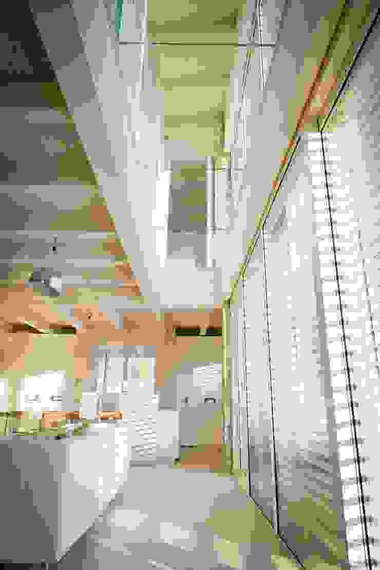 Luce Pietra Acqua Ingresso, Corridoio & Scale in stile moderno di studio aica progetti Moderno
