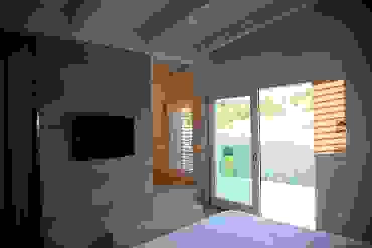Luce Pietra Acqua Camera da letto moderna di studio aica progetti Moderno
