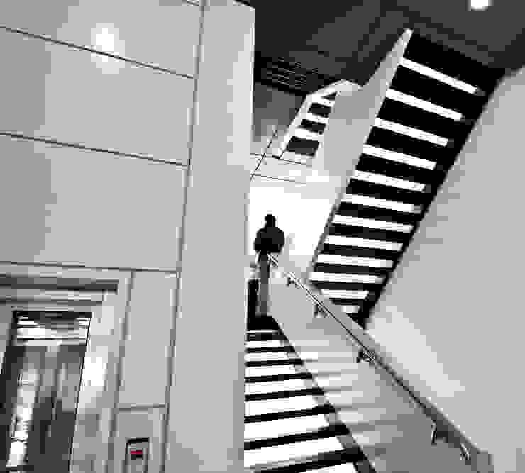 DMZ Treppenhaus Minimalistische Krankenhäuser von SzturArchitekten GmbH Minimalistisch