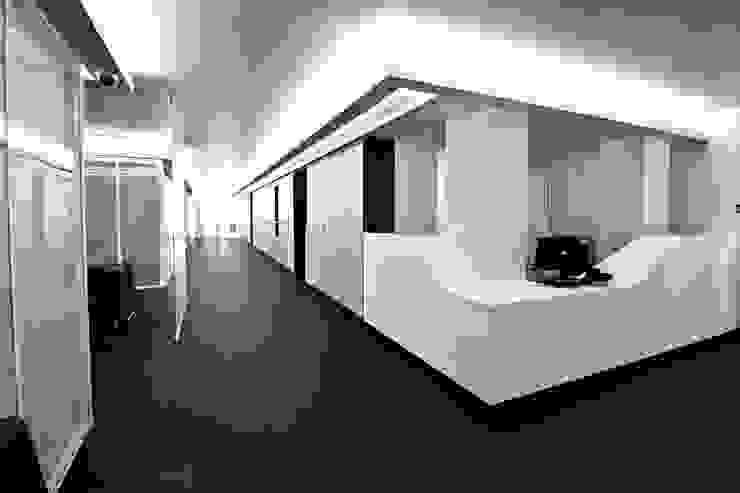 DMZ Rezeption Minimalistische Krankenhäuser von SzturArchitekten GmbH Minimalistisch