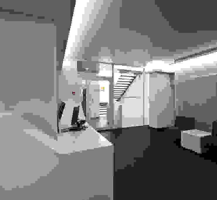 DMZ Eingang Minimalistische Krankenhäuser von SzturArchitekten GmbH Minimalistisch