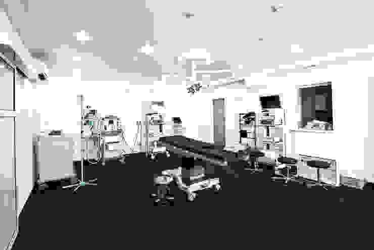 DMZ Operationsraum Minimalistische Krankenhäuser von SzturArchitekten GmbH Minimalistisch