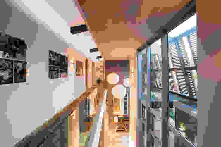 Albizia House Коридор, прихожая и лестница в модерн стиле от Metropole Architects - South Africa Модерн