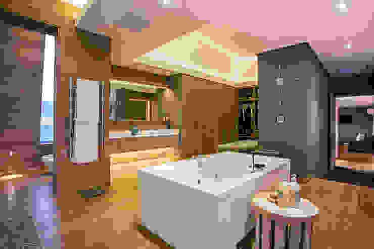 Albizia House Ванная комната в стиле модерн от Metropole Architects - South Africa Модерн