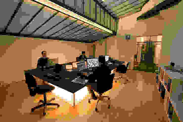Le postazioni di lavoro Complesso d'uffici moderni di BRENSO Architecture & Design Moderno