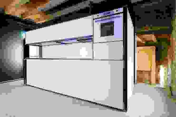 e+m 53 Cucina moderna di estudoquarto s.r.l. Moderno