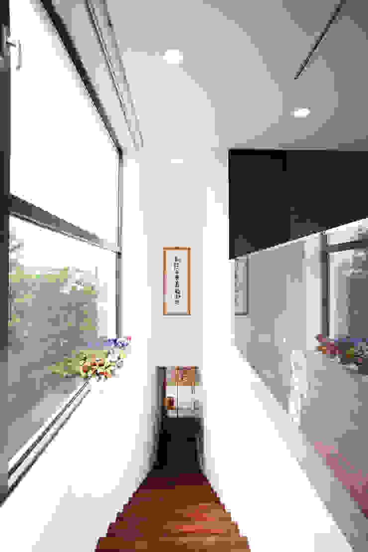 Pasillos, vestíbulos y escaleras minimalistas de HBA-rchitects Minimalista