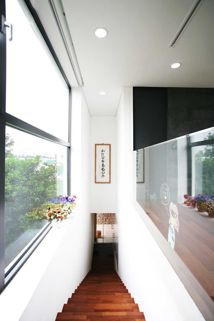 Minimalist corridor, hallway & stairs by HBA-rchitects Minimalist