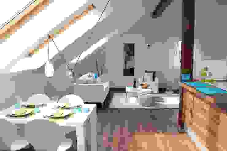 Wohn-Esszimmer mit Küche nach dem Staging Moderne Esszimmer von raumwerte Home Staging Modern