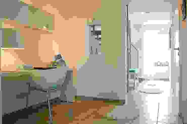 Flur mit Arbeitsplatz nach dem Staging Moderner Flur, Diele & Treppenhaus von raumwerte Home Staging Modern