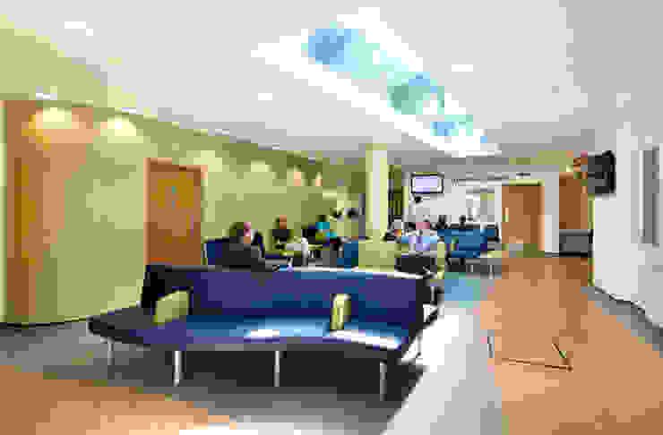 New Build, NHS Hospital - Emergency Department & Day Surgery Unit Espaços comerciais por Koubou Interiors