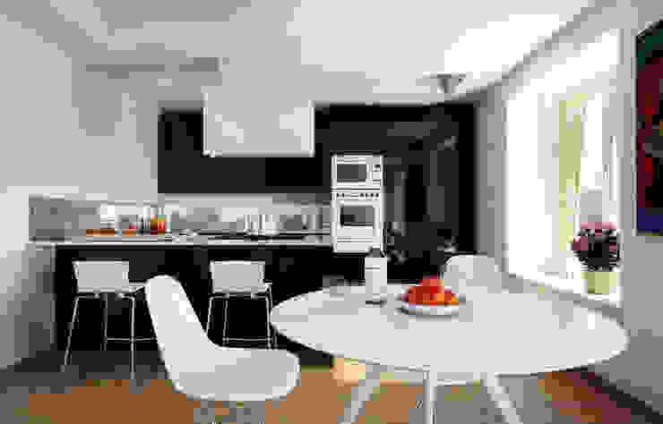 Cucina nera+soggiorno di Studio Andrea Castagna