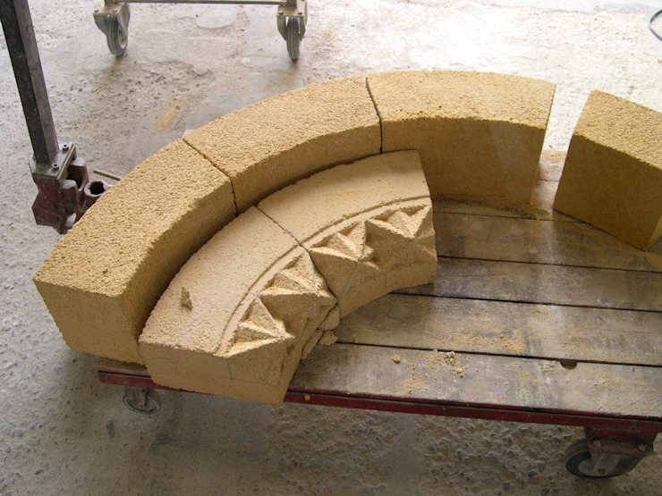 Bifora in Macco . ricostruzione-restauro Case classiche di Todini Sculture Classico