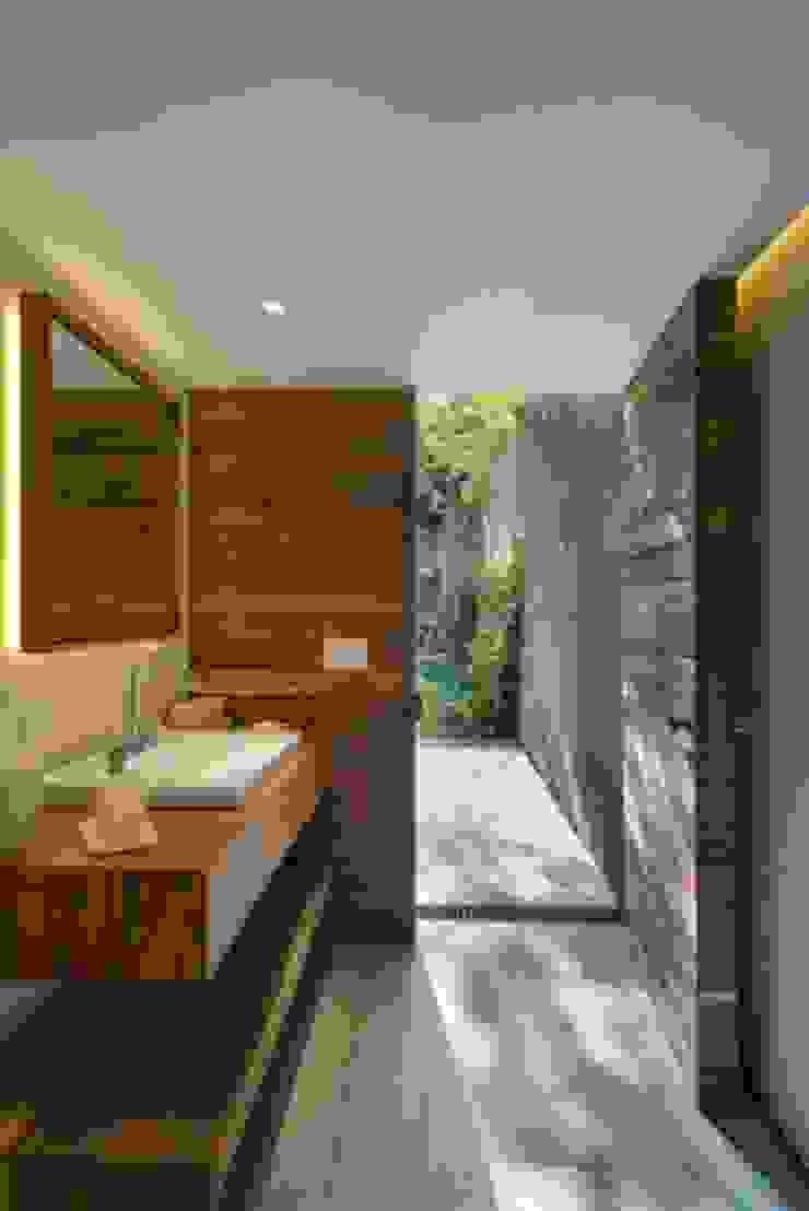 Baño Exterior de Rhyzoma - Arquitectura y Diseño Moderno