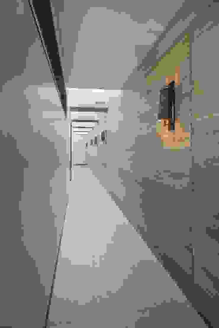Pasillo Habitaciones de Rhyzoma - Arquitectura y Diseño Moderno