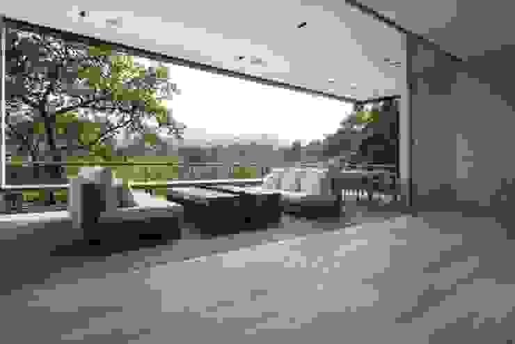 Terraza interior de Rhyzoma - Arquitectura y Diseño Moderno