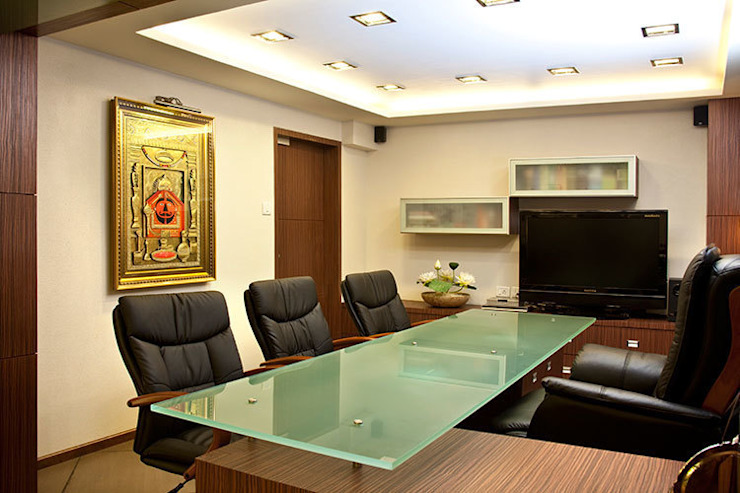 Chief Executive's room Modern office buildings by Squaare Interior Modern