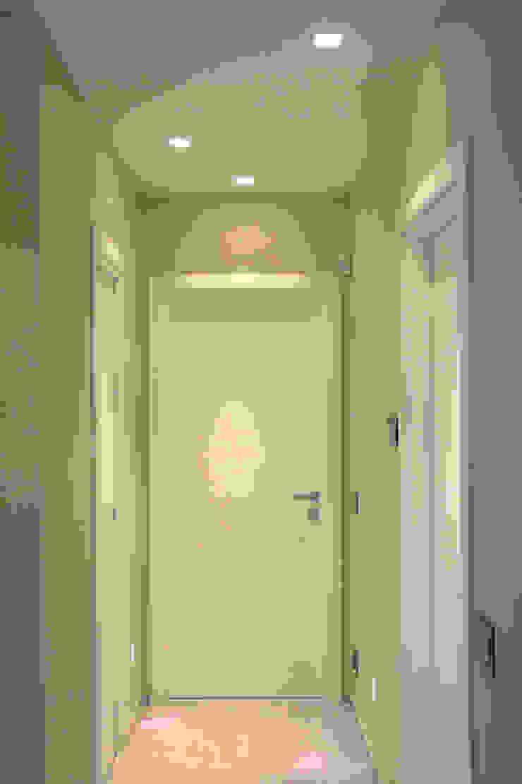 Ristrutturazione di un appartamento Finestre & Porte in stile moderno di Geom. Stefano Feliziani Moderno