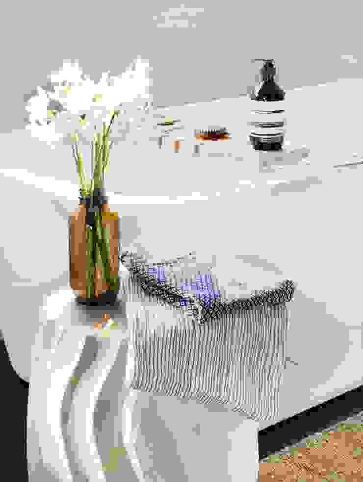 Baño con toallas japonesas y accesorios de madera y cristal Baños de estilo moderno de ChicDeco Moderno