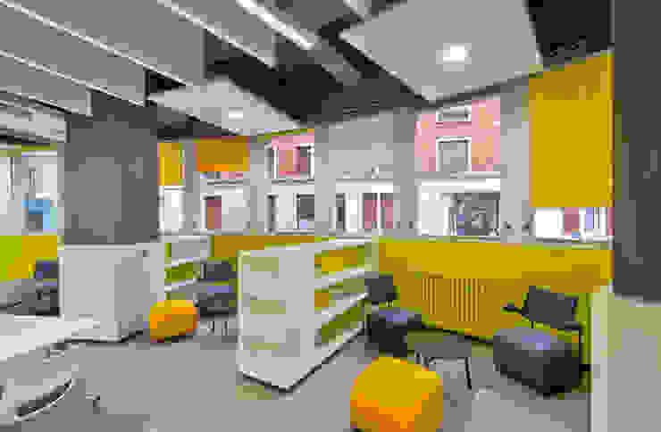 Vue sur un salon littéraire Locaux commerciaux & Magasin modernes par Atelier Pourquoipas! Moderne