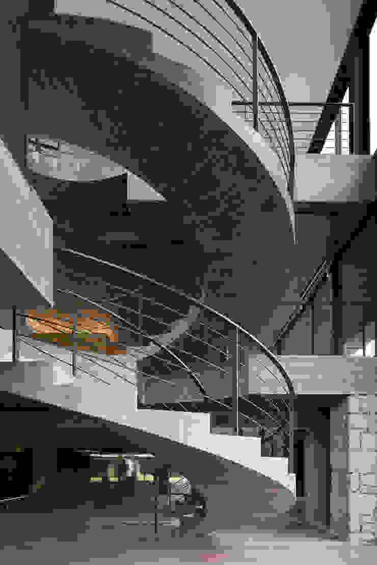 Duas casas em Monção Corredores, halls e escadas modernos por JPL Arquitecto Moderno
