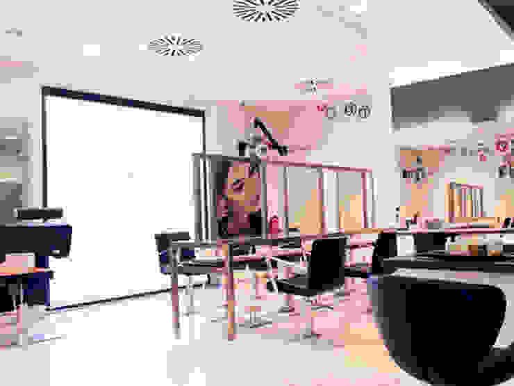 """<q class=""""-first"""">Trasquilón Perruquers</q> Espacios comerciales de estilo moderno de lauraStrada Interiors Moderno"""