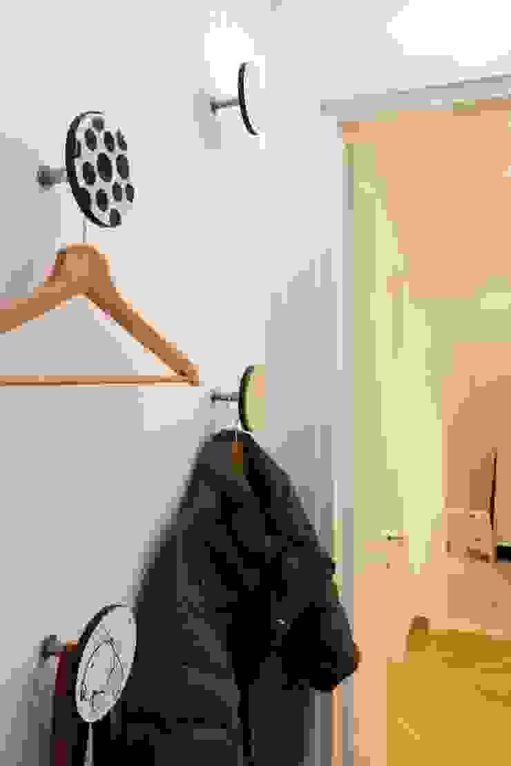 """<q class=""""-first"""">CASET'TINA</q> CONVERSIONE DA UFFICIO AD APPARTAMENTO RESIDENZIALE. COMPLETA RIQUALIFICAZIONE INTERNA. Case moderne di Ferretti Studio Moderno"""