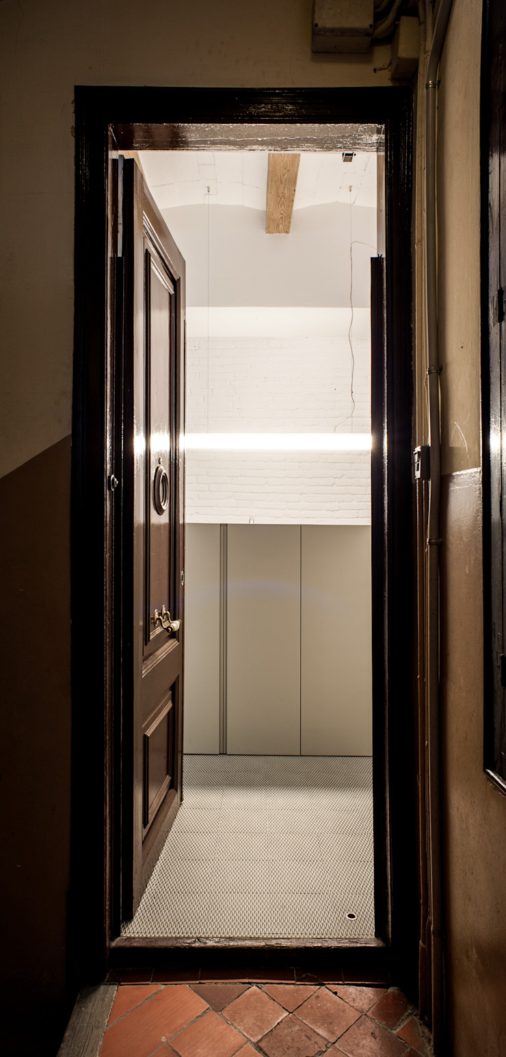 M2ARQUITECTURA Classic style corridor, hallway and stairs