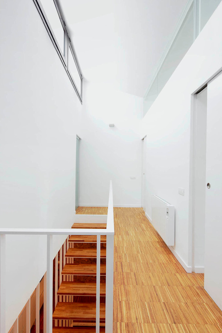 M2ARQUITECTURA Modern Corridor, Hallway and Staircase