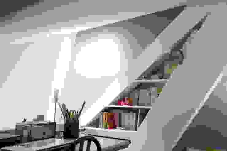 Vue de l'étage sur la bibliothèque Maisons modernes par Galaktik Moderne