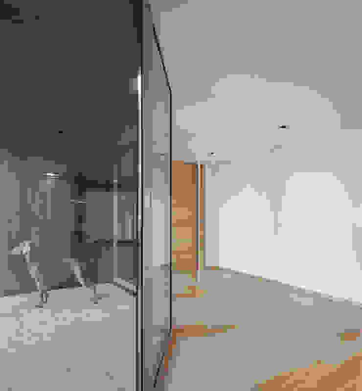 XIEIRA HOUSE II ห้องโถงทางเดินและบันไดสมัยใหม่ โดย A2+ ARQUITECTOS โมเดิร์น