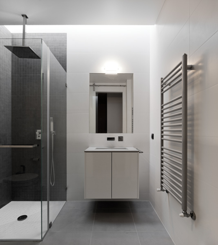 XIEIRA HOUSE II Modern Bathroom by A2+ ARQUITECTOS Modern