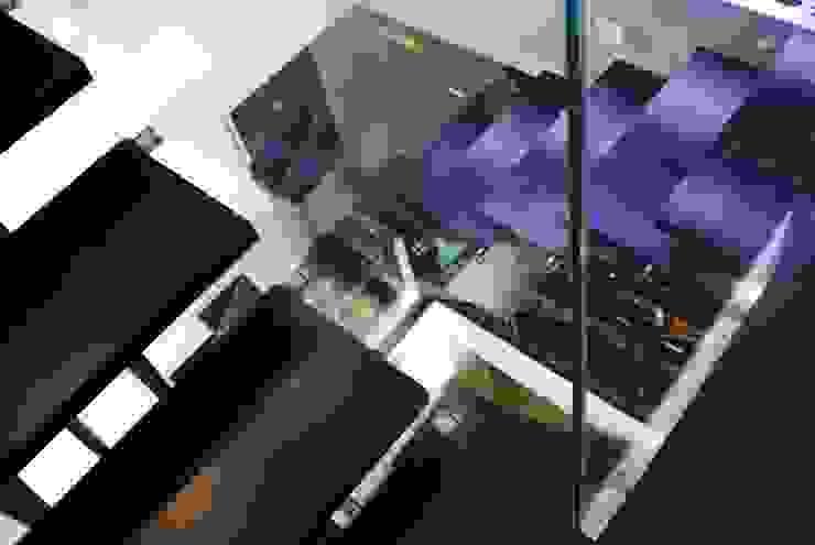 MUSA Pasillos, vestíbulos y escaleras de estilo moderno de MILLENIUM ARCHITECTURE Moderno Vidrio