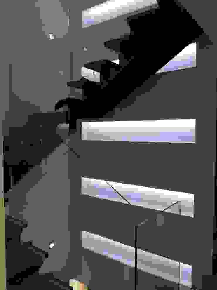 MUSA Pasillos, vestíbulos y escaleras de estilo moderno de MILLENIUM ARCHITECTURE Moderno