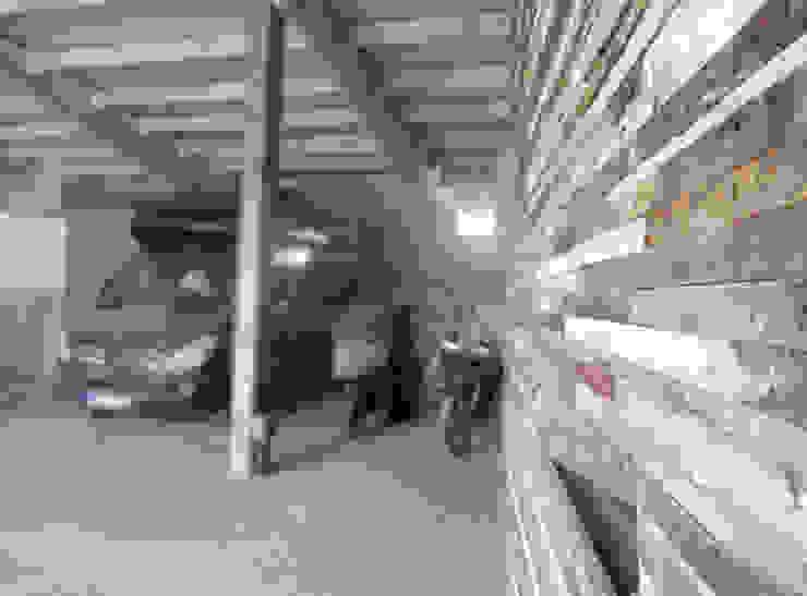HANG#J Garage/Rimessa in stile industriale di Margarete (Architetti Anselmi S. e Crucianelli E.) Industrial