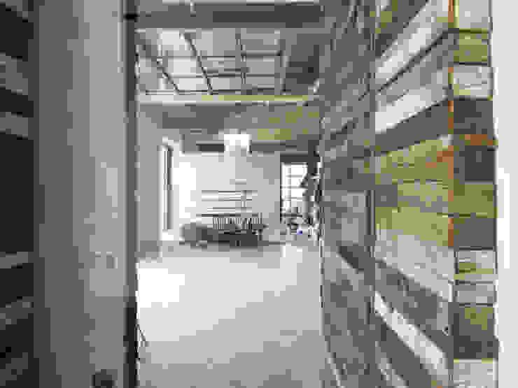 HANG#J Pareti & Pavimenti in stile industriale di Margarete (Architetti Anselmi S. e Crucianelli E.) Industrial