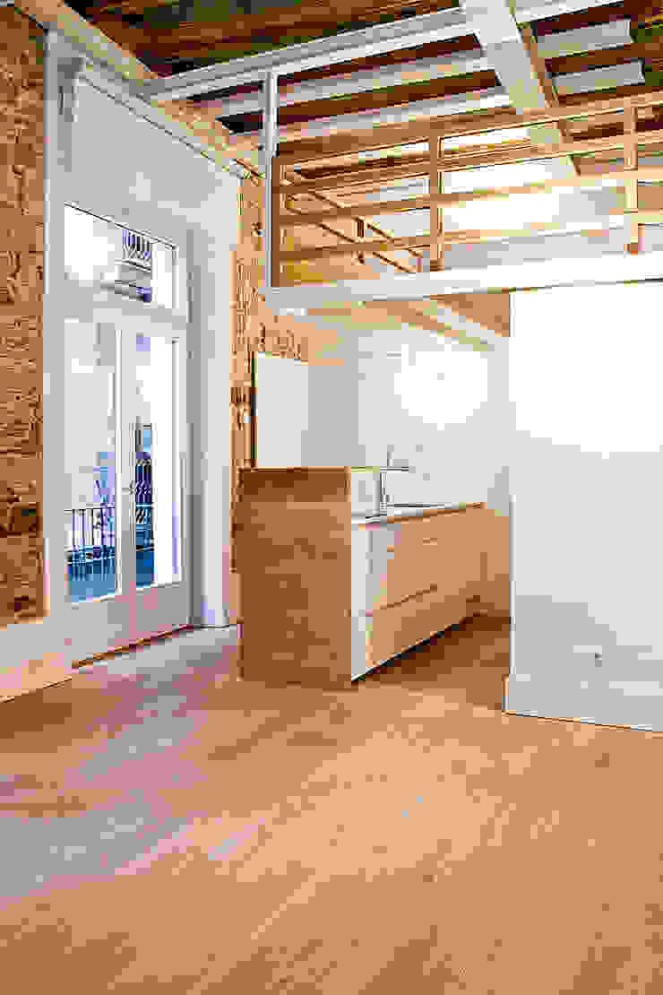 Apartamento en el Born Pasillos, vestíbulos y escaleras de estilo moderno de fusina 6 Moderno