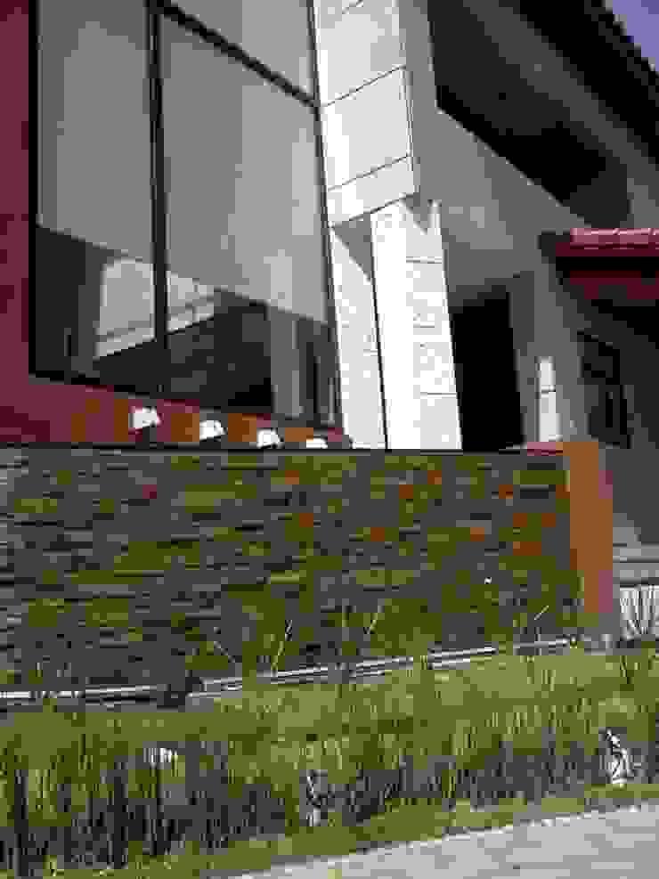 Casa Adrianes Balcones y terrazas minimalistas de CESAR MONCADA S Minimalista