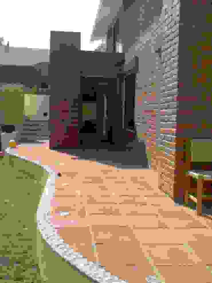 VISTA TERRAZA PLANTA BAJA Balcones y terrazas rústicos de CESAR MONCADA SALAZAR (L2M ARQUITECTOS S DE RL DE CV) Rústico