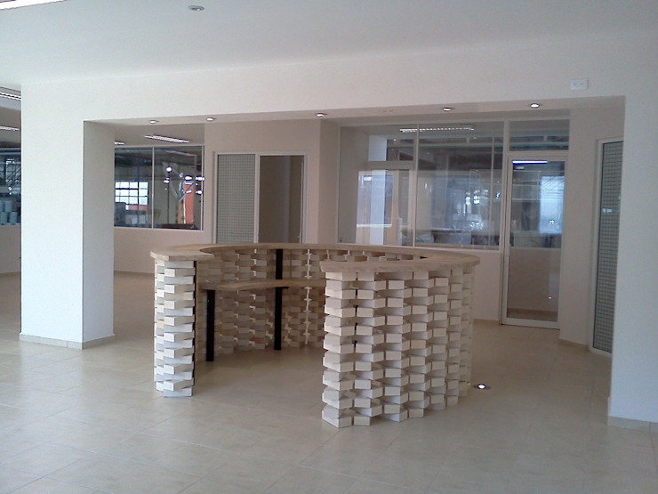 Recepcion oficinas RHI Edificios de oficinas de estilo moderno de CESAR MONCADA SALAZAR (L2M ARQUITECTOS S DE RL DE CV) Moderno