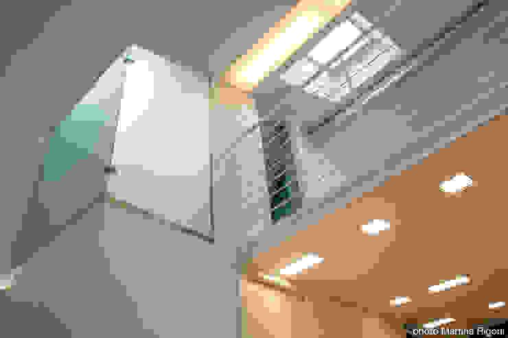 soppalco e vano doccia Case in stile minimalista di moovdesign Minimalista