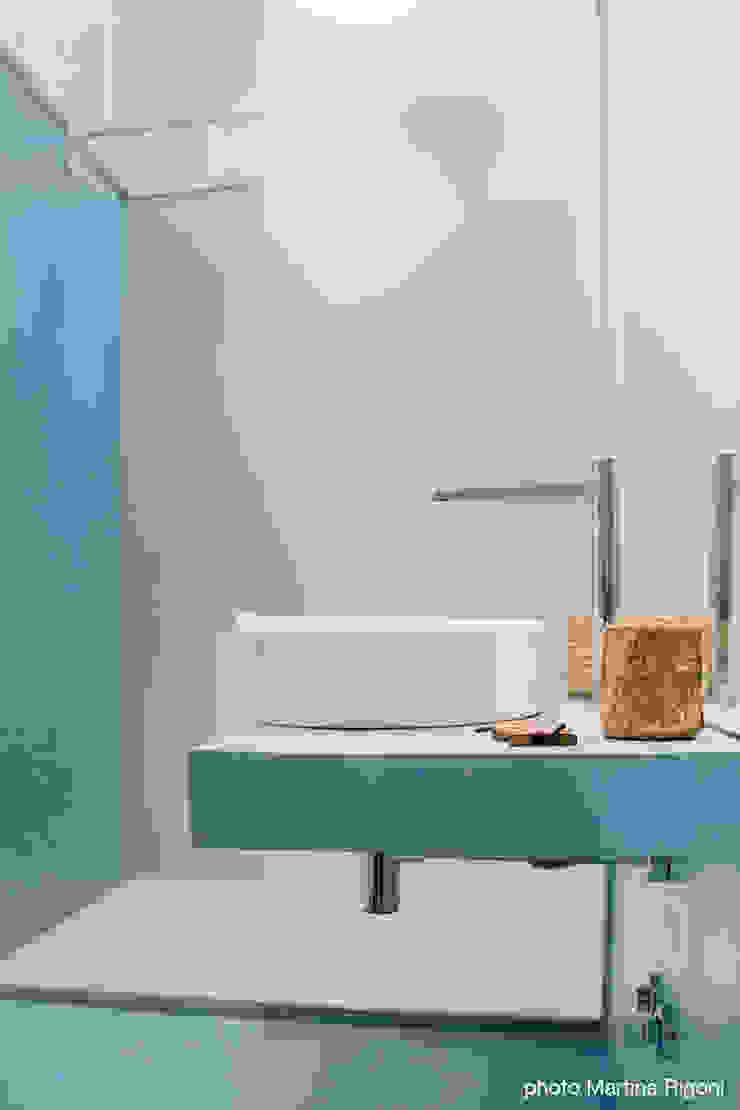 lavabo e doccia Bagno minimalista di moovdesign Minimalista