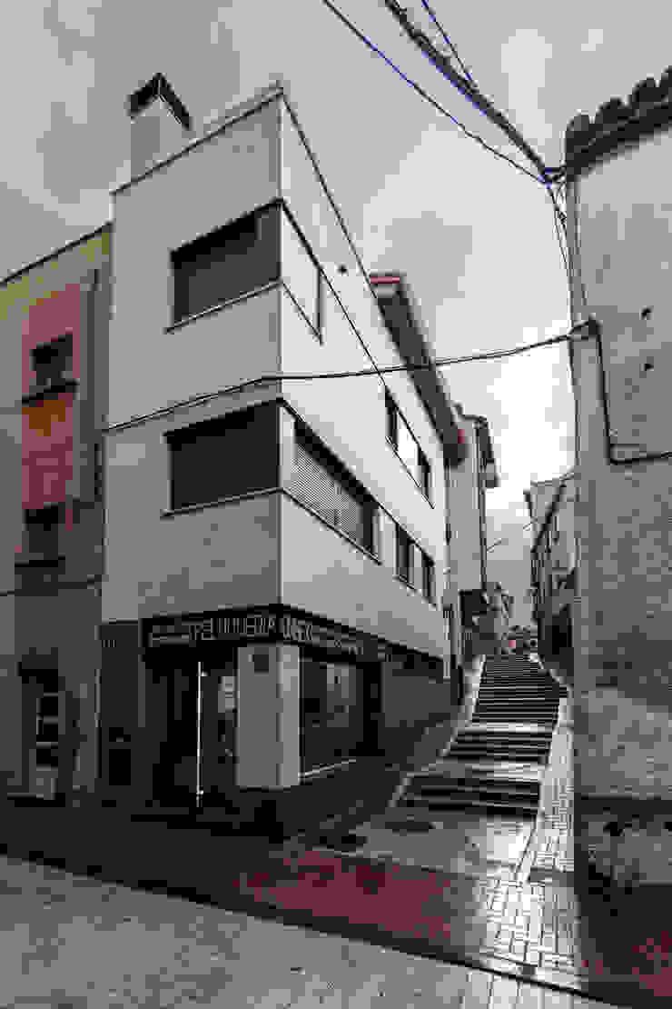 Vivienda unifamiliar y local comercial Casas de estilo ecléctico de ADDEC arquitectos Ecléctico