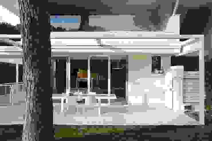 Casa BT.BM Balcone, Veranda & Terrazza in stile moderno di Angeli - Brucoli Architetti Moderno