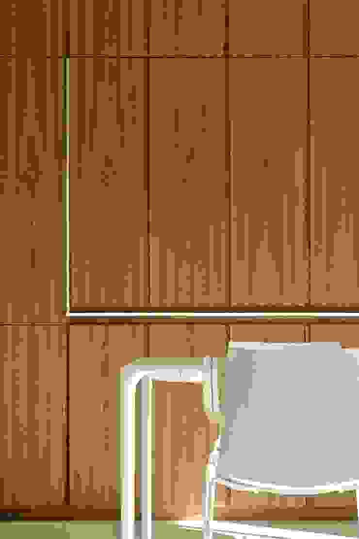 Casa BT.BM Pareti & Pavimenti in stile moderno di Angeli - Brucoli Architetti Moderno