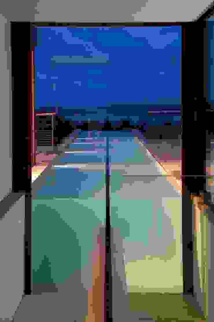 bassin de natation depuis l'escalier Piscine méditerranéenne par Vezzoni Associés Méditerranéen