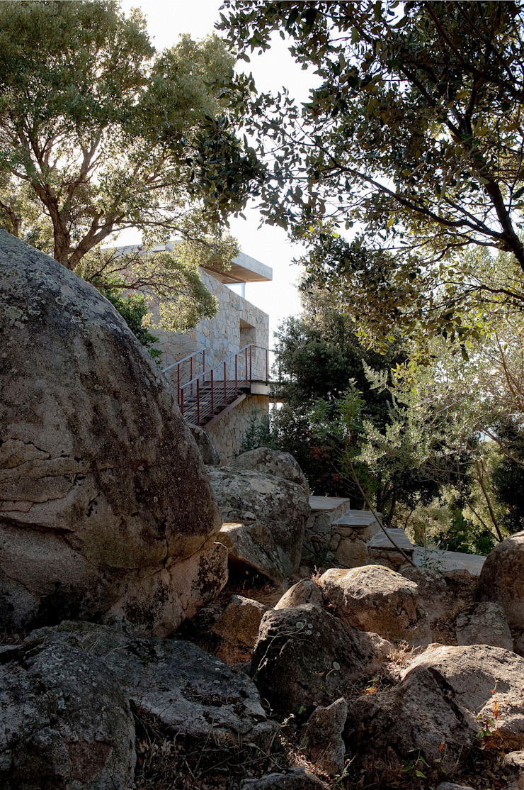 Le granit naturel du site Maisons méditerranéennes par Vezzoni Associés Méditerranéen