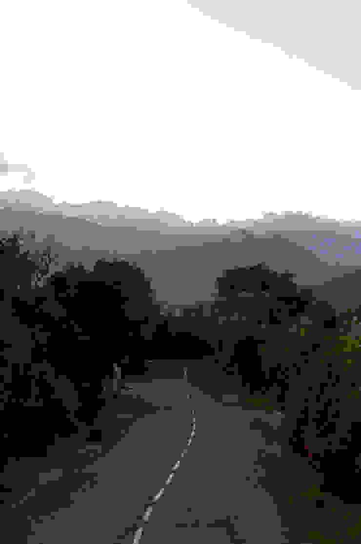 La route d'accès Maisons méditerranéennes par Vezzoni Associés Méditerranéen
